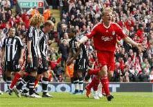<p>Dirk Kuyt, do Liverpool, comemora após marcar gol contra o Newcastle United na luta pelo título do Campeonato Inglês. REUTERS/Phil Noble</p>