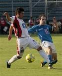 <p>Daniel Campos, do Indios, e Geraldo Torrado, do Cruz Azul, disputam bola em partida disputada com portões fechados. REUTERS/Henry Romero</p>