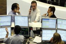 <p>Serie di telefoni e pc per news Tiscali. REUTERS/Alex Grimm</p>
