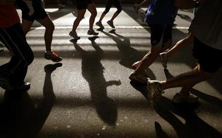 Runners cross the Queensboro Bridge during the New York City Marathon November 4, 2007. REUTERS/Brendan Mcdermid