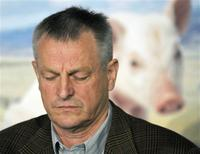 <p>Jurgen Preugschas, President of the Canadian Pork Council, pauses during a news conference on biosecurity protocols in Alberta in Edmonton May 4, 2009. REUTERS/Dan Riedlhuber</p>