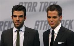 """<p>Los actores Zachary Quinto y Chris Pine posan en el estreno de """"Star Trek"""" en Berlín, 16 abr 2009. Días antes de su estreno en Estados Unidos, el 10 por ciento de los seguidores de """"Star Trek"""" que planea ver la película indicó en un sondeo que irá disfrazado al cine, dijo el martes el vendedor de entradas en línea Fandango.com. REUTERS/Fabrizio Bensch</p>"""