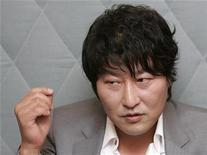 """<p>El actor surcoreano Song Kang-ho habla en una entrevista sobre su filme """"Thirst"""", en Seúl, 4 mayo 2009. Una de las estrellas más taquilleras de Corea del Sur regresará la próxima semana a la alfombra roja del Festival de Cine de Cannes con un cuento sangriento sobre la moralidad en que un sacerdote católico se convierte en vampiro. REUTERS/Jo Yong-Hak</p>"""