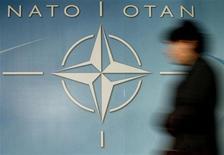 <p>Женщина на фоне логотипа НАТО у штаб-квартиры альянса в Брюсселе 4 декабря 2003 года. Россия, как ожидается, в среду объявит о лишении дипломатической аккредитации главы и сотрудника информбюро НАТО в Москве в ответ на высылку двух сотрудников постпредства РФ при Североатлантическом альянсе. REUTERS/Thierry Roge</p>