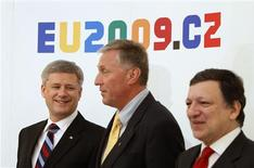 <p>Canada's Prime Minister Stephen Harper (L), Czech Republic's Prime Minister Mirek Topolanek (C) and European Commission President Jose Manuel Barroso pose for a photo during the EU-Canada Summit in Prague May 6, 2009. REUTERS/Chris Wattie</p>