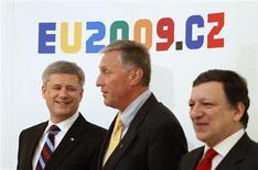 <p>Canada's Prime Minister Stephen Harper (L), Czech Republic's Prime Minister Mirek Topolanek (C) and European Commission President Jose Manuel Barroso pose for a photo during the EU-Canada Summit in Prague May 6, 2009. REUTERS/Chris Wattie</p>