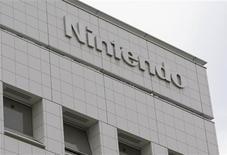 <p>Nintendo fait état d'une baisse de 42% de son bénéfice d'exploitation trimestriel, la vigueur du yen ayant éclipsé de solides ventes de jeux électroniques et le japonais prévoit un recul de 11,8%, plus fort qu'attendu, de son résultat pour l'exercice en cours. /Photo d'archives/REUTERS/Issei Kato</p>