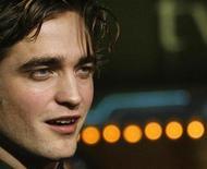 """<p>Foto de archivo del actor Robert Pattinson en el estreno del filme """"Twilight"""" en Los Angeles, 17 nov 2008. Las seguidoras de """"Twilight"""" se enamoraron de Robert Pattinson por su papel de un vampiro que hace suspirar a las chicas. Pero en """"Little Ashes"""", que se estrena el viernes, el actor explora una relación que podría reformular su imagen de rompecorazones. REUTERS/Mario Anzuoni/Archivo</p>"""