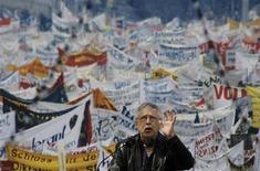 <p>El cantautor alemán Wolf Biermann da un discurso durante la inaguración de una muestra en Berlín, 7 mayo 2009. Una nueva exhibición al aire libre que documenta la revolución pacífica de 1989 que culminó con la caída del muro de Berlín se inauguró el jueves en la plaza capitalina Alexanderplatz. REUTERS/Michael Dalder</p>