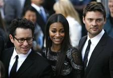 """<p>Foto de archivo del director J.J. Abrams (izquierda) junto a los actores Zoe Saldana (centro) y Karl Urban (derecha) durante la función de preestreno del filme """"Star Trek"""" en Hollywood, California, abr 30 2009. REUTERS/Mario Anzuoni</p>"""