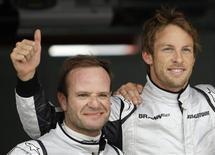 <p>Jenson Button, che ha conquistato la pole position al Gran Premio di Spagna, e il compagno di squadra Rubens Barrichello che partirà in terza posizione. REUTERS/Dani Cardona</p>