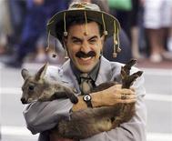 """<p>Foto de archivo del 13 de noviembre del 2006 en Sydney del actor Sacha Baron Cohen personificando a su personake """"Borat"""", mientras sostiene un kanguro. ¿Pensó que el actor Sacha Baron Cohen no podría ser más escandaloso?. Piense de nuevo. REUTERS/David Gray (AUSTRALIA)</p>"""