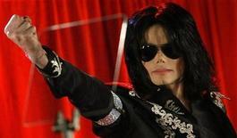 """<p>Foto de archivo del cantante estadounidense Michael Jackson durante una conferencia de prensa en la Arena 02 en Londres, 5 mar 2009. Un promotor musical planea demandar a Michael Jackson para evitar que se presente en Londres este año, alegando que un contrato firmado por el """"rey del pop"""" impide que ofrezca conciertos hasta julio del 2010, señaló el lunes el jefe de la compañía de difusión. REUTERS/Stefan Wermuth</p>"""