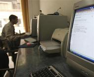 <p>Immagine d'archivio di un uomo al computer. REUTERS/Amr Dalsh (EGYPT)</p>