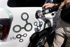 <p>Immagine d'archivio del rifornimento di un'automobile a idrogeno. REUTERS/Fred Prouser (UNITED STATES)</p>