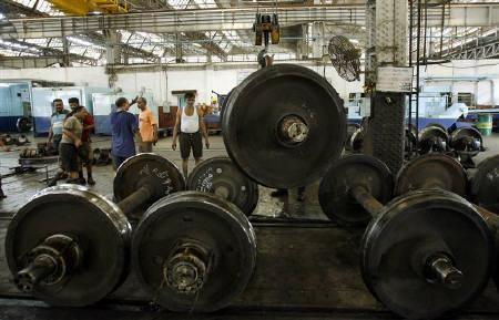 Railway wheels are removed from coaches for repair work at a railway yard in Mumbai May 5, 2009.  Industrial output fell at its steepest annual pace in at least 14 years in March, leaving the door open for further interest rate cuts by the Reserve Bank, but analysts said the economy was still set for recovery from late 2009. REUTERS/Punit Paranjpe