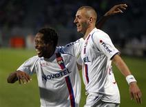 <p>Jogadores do Olympique Lyon comemoram gol em vitória de 3 x 0 sobre o Nantes, aumentando vantagem para vaga na Liga dos Campeões. REUTERS/Robert Pratta</p>