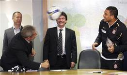 <p>O presidente Luiz Inácio Lula da Silva e o atacante do Corinthians Ronaldo trocam passes de cabeça observados pelo técnico Mano Menezes e por Andres Sanchez, presidente do clube paulista. REUTERS/Mario Miranda</p>