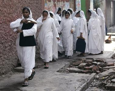 Sisters of Missionaries of the Charity, the global order of nuns founded by Mother Teresa, arrive to cast their ballots at a polling station in the eastern Indian city of Kolkata May 13, 2009. REUTERS/Jayanta Shaw