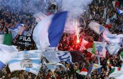 <p>Una immagine della curva della Lazio all'Olimpico. REUTERS/Alessandro Bianchi (ITALY)</p>
