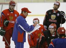<p>Вячеслав Быков начинает первую тренировочную сессию в этом году в Новогорске. 3 февраля 2009 года. Сборная России по хоккею выиграла в пятницу у сборной США в напряженном полуфинальном поединке чемпионата мира, проходящего в Швейцарии, со счетом 3-2. (REUTERS/Denis Sinyakov (RUSSIA))</p>