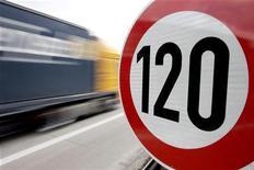 <p>Грузовик проезжает мимо знака ограничения скорости 120 км/ч на магистрали около города Бремена на севере Германии, 10 апреля 2008 года. Немец в прямом смысле слова пустил 23.000 евро на ветер: конверт с деньгами выскочил из кармашка пассажирского кресла кабриолета во время тест-драйва в северной Германии, недалеко от Ганновера. REUTERS/Morris Mac Matzen</p>