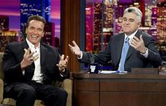 """<p>Foto de archivo del Gobernador de California, Arnold Schwarzenegger (izquierda), junto al presentador Jay Leno durante un programa del """"The Tonight Show with Jay Leno"""", 1 mar 2004. El comediante Jay Leno, uno de los más destacados presentadores de televisión de Estados Unidos, se retirará del mando de """"The Tonight Show"""" el 29 de mayo, tras 17 años de programas, acompañado de su sucesor Conan O'Brien y del cantante James Taylor. REUTERS/Fred Prouser/Files</p>"""