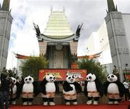 "<p>Bonecos do personagem Panda do filme ""Kung Fu Panda"" no Grauman's Chinese theatre em Hollywood. 09/11/2008. REUTERS/Mario Anzuoni</p>"