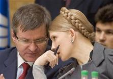 <p>Премьер-министр Украины Юлия Тимошенко говорит с заместителем главы правительства Григорием Немырей на совещании в Минске, 23 мая 2008 года. Реалистичный прогноз динамики валового внутреннего продукта Украины в 2009 году составляет минус 4-6 процента по сравнению с ростом на 2,1 процента в 2008 году, сказал Рейтер вице-премьер Украины Григорий Немыря. REUTERS/Vasily Fedosenko (BELARUS)</p>