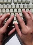 <p>McAfee, le numéro deux mondial de la sécurité informatique, prévoit de s'allier avec EMC pour lancer un service de sauvegarde illimitée de données en ligne facturé de 50 à 60 dollars par an. /Photo d'archives/REUTERS</p>