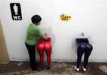 """<p>Una mujer se lava las manos en un lavatorio de """"Love Land"""", parque temático referente al sexo en Chongqing, China, 10 abr 2007. China está construyendo su primer parque temático para adultos y unas esculturas gigantes sobre genitales junto a sugerentes exhibiciones están acalorando e irritando a muchos en un país donde hablar de sexo aún es tabú. REUTERS/Stringer/Files</p>"""