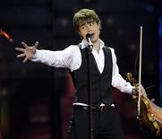 <p>Norway's Alexander Rybak performs during the Eurovision Song Contest final in Moscow May 16, 2009. REUTERS/Sergei Karpukhin</p>