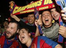 """<p>Болельщики """"Барселоны"""" радуются победе своей команды в чемпионате Испании в Барселоне 17 мая 2009 года. Английский """"Манчестер Юнайтед"""", испанская """"Барселона"""" и итальянский """"Интер"""" досрочно завоевали чемпионские титулы в своих странах в минувшие выходные. REUTERS/Albert Gea</p>"""