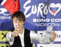 """<p>El noruego Alexander Rybak sostiene un trofeo luego de ganar el Festival de la Canción Eurovisión en Moscú, 16 mayo 2009. Noruega ganó la edición 54 del Festival de la Canción de Eurovisión en la madrugada del domingo en Moscú, cuando el cantante Alexander Rybak se impuso a otros 24 participantes con su tema """"Fairytale"""". REUTERS/Sergei Karpukhin</p>"""