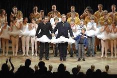 "<p>Singer Elton John (C) appears onstage during the curtain call of the Australian premiere of the musical ""Billy Elliot"" in Capitol theatre in Sydney December 13, 2007. REUTERS/James Morgan/Pool</p>"