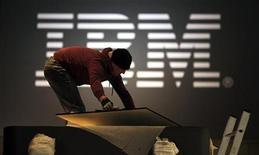 <p>Un operaio allestisce uno stand della Ibm a una fiera di settore. REUTERS/Hannibal Hanschke</p>