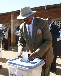 Malawi President Bingu wa Mutharika casts his vote at his hometown of Goliati in Thyolo district, 30km (18.6 miles) east of the commercial capital Blantyre, May 19 2009. REUTERS/Eldson Chagara