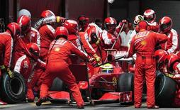 <p>Il team Ferrari al lavoro. REUTERS/Manu Fernandez/Pool</p>