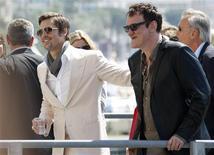 """<p>El director estadounidense Quentin Tarantino (der) y el actor Brad Pitt en el Festival de Cine de Cannes, 20 mayo 2009. El director estadounidense Quentin Tarantino combina una película del oeste, una de gángsters y una aventura bélica en """"Inglourious Basterds"""", su nueva cinta protagonizada por Brad Pitt como el líder de una cruel banda de matanazis. REUTERS/Vincent Kessler</p>"""