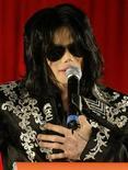 <p>Foto de archivo de una conferencia del cantante pop Michael Jackson en la Arena 02 de Londres, 5 mar 2009. La vuelta a los escenarios de la estrella pop estadounidense Michael Jackson fue postergada cinco días, señalaron los organizadores el miércoles. REUTERS/Stefan Wermuth</p>