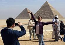 <p>Иностранные туристы фотографируются на фоне пирамид в Каире 12 февраля 2009 года. Египет снизил доходы от туризма за первые четыре месяца 2009 года на 13 процентов до $3,6 миллиарда, в основном из-за резкого падения числа туристов из Восточной Европы, сообщил министр туризма в среду. REUTERS/Tarek Mostafa</p>