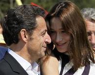 """<p>Президент Франции Николя Саркози (слева) и его супргуа Карла Бруни-Саркози на регате в городе Кавалье 13 апреля 2009 года. Президент Франции Николя Саркози, желая показать, что он - """"человек народа"""", добавил на свою страничку в социальной сети Facebook видео, где он флиртует и обсуждает мировую политику со своей женой Карлой Бруни. REUTERS/Jean-Paul Pelissier</p>"""