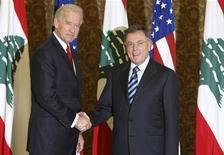 <p>Вице-президент США Джо Байден (слева) на встрече с премьер-министром Фуадом Синиорой в Бейруте 22 мая 2009 года. Вице-президент США Джо Байден прибыл в пятницу в Ливан, став первым представителем американских властей такого уровня, посетившим эту страну за последние 26 лет. REUTERS/Sharif karim</p>