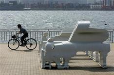 <p>Велосипедист проезжает мимо скульпутур в одном из парков Токио 2 мая 2007 года. Чтобы отпугнуть подростков, бесчинствующих в туалетах и других сооружениях, в токийском парке ночью теперь проигрываются высокочастотные звуки, которые могут услышать только молодые люди. REUTERS/Toru Hanai</p>