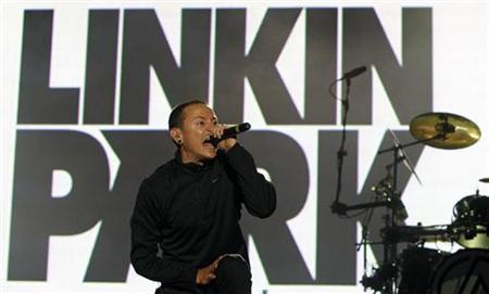 Chester Bennington of rock band Linkin Park performs at the Rock in Rio music festival in Lisbon June 6, 2008. REUTERS/Jose Manuel Ribeiro
