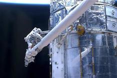 <p>L'astronauta John Grunsfeld al lavoro nello spazio sullo Shuttle Atlantis, 18 maggio 2009. REUTERS/NASA/Handout</p>