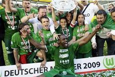 <p>Jogadores do Wolfsburg comemorando seu primeiro título no Campeonato Alemão neste sábado. REUTERS/Thomas Bohlen</p>