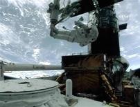<p>L'astronauta Michael Good al lavoro sul telescopio Hubble, in un'immagine di NASA TV, il 17 maggio 2009. REUTERS/NASA TV</p>