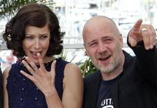 """<p>El director Jan Kounen (derecha) y la protagonista Anna Mouglalis (izquierda) asisten a una sesión fotográfica para la prensa por la película """"Coco Chanel & Igor Stravinsky"""", en el Festival de Cine de Cannes, 24 mayo 2009. REUTERS/Vincent Kessler (FRANCE ENTERTAINMENT)</p>"""