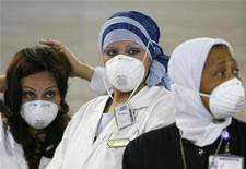 """<p>Медики в аэропорту Каира 14 мая 2009 года. Эпидемия гриппа А/H1N1 Калифорния, называемого """"свиным"""", продолжает шествие по миру: в понедельник число заболевших, по данным Всемирной организации здравохранения, достигло 12.022 в 43 странах, включая 86 умерших. REUTERS/Asmaa Waguih</p>"""